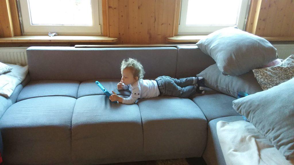 Finni entspannt auf dem Sofa
